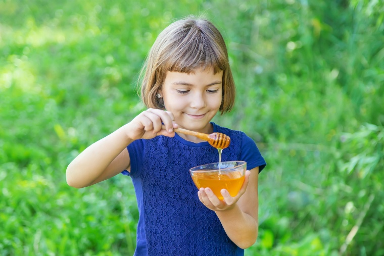 蜂蜜を食べる女の子